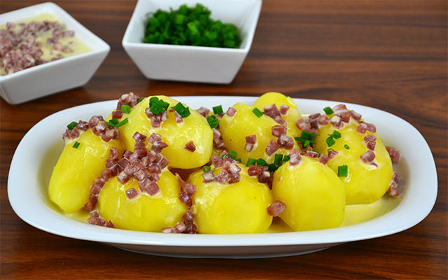 PapaRica® con salsa de nata con jamón.