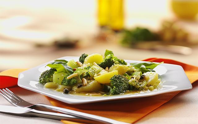 Ensalada de brócoli y PapaRica® con vinagreta de alcaparras.